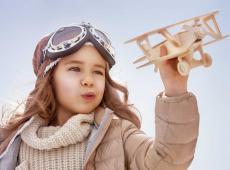 kindje met vliegtuig